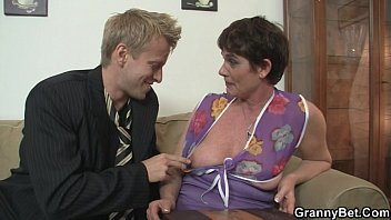 7cow com old mom spreads her legs for hard cock