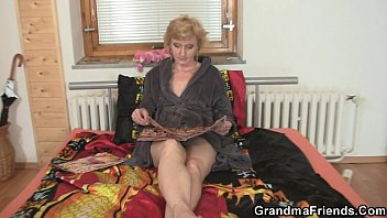 lonely granny gives sexso her pussy