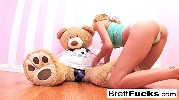 brett rossi x rated porn sites plays with a strap-on dildo